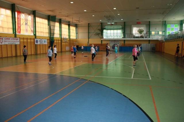 Ćwiczenia są dostosowane do wieku oraz kondycji uczestników.
