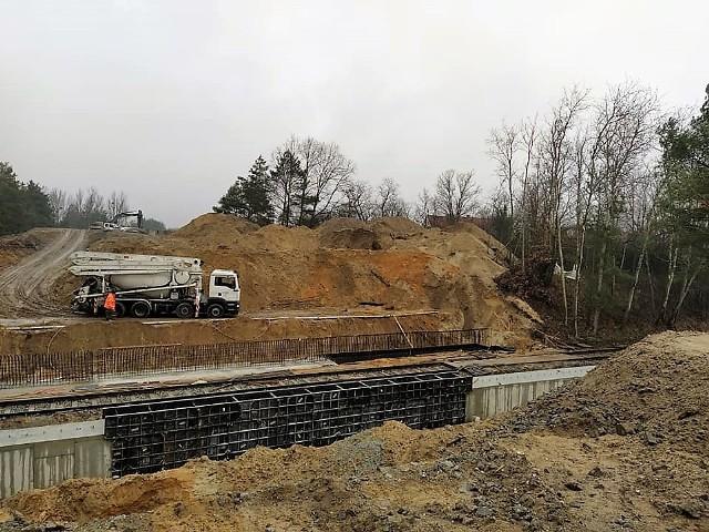 Przebudowa dróg na terenie Parku Przemysłowego Metalchem w Opolu idzie pełną parą. W realizacji jest m.in. nowy wiadukt nad torami. Więcej na kolejnych slajdach.