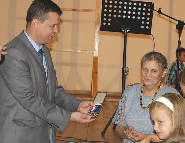 Maria Mączyńska przekazała swój złoty medal na ręce Sławomira Kowalczyka, wójta Opatowca.