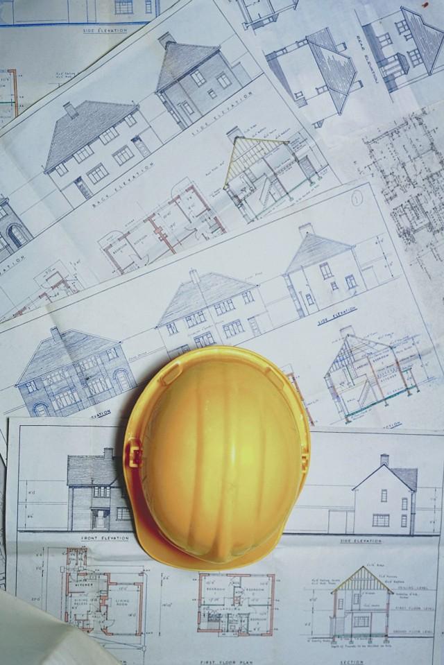 Projekty domuOsoby, których nie stać na projekt indywidualny, mogą kupić projekt katalogowy. Muszą się jednak liczyć  z tym, że dom nie spełni raczej wszystkich oczekiwań rodziny. Warto wprowadzić w projekcie gotowym zmiany - nawet dodatkowo dopłacając za nie - by jak najlepiej pasował do naszych potrzeb.