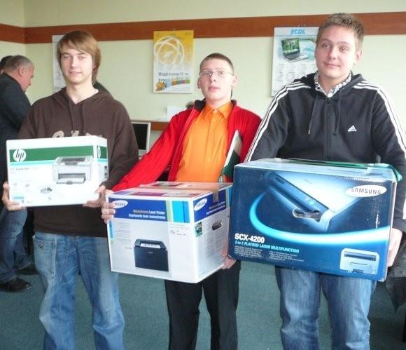 Od prawej zwycięzca konkursu Dawid Cywka, drugi Karol Mazurek i trzeci Dawid Olczak. Pierwszy z nich w nagrodę otrzymał od prezydenta miasta urządzenie wielofunkcyjne do kopiowania, skanowania i drukowania, a jego koledzy dostali drukarki.