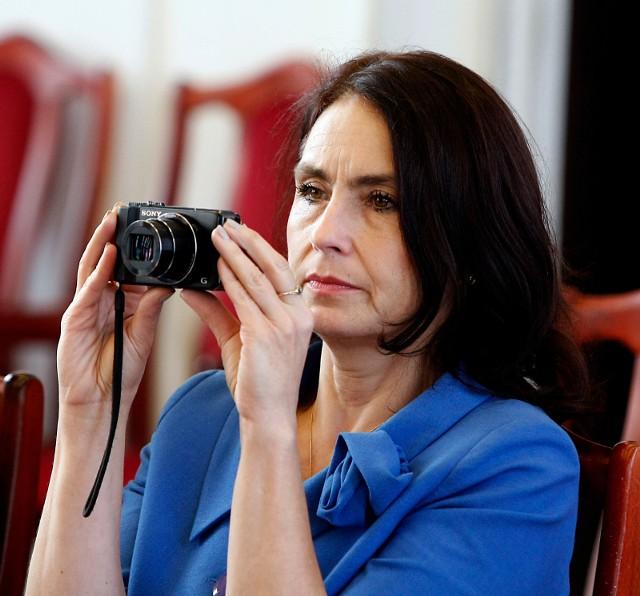 """""""Charyzmatyczna, ale zbudowana z paradoksów"""" - taki obraz Agnieszki Wojciechowskiej Van Heukelom kreślą ludzie, którzy dobrze ją znają. To ona jest pełnomocniczką akcji referendalnej, która chce odwołać prezydent Łodzi Hannę Zdanowską (PO). Trzeciej w ciągu dziewięciu lat. CZYTAJ DALEJ NA KOLEJNYM SLAJDZIE>>>"""