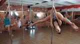 Szkoła tańca przy rurze! Zawodowe tancerki uczą łodzianki pole dance [FILM, zdjęcia]
