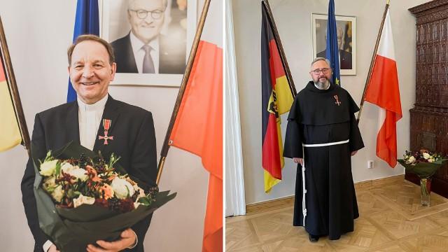 Ks. Jan Nowak (z lewej) i o. dr Piotr Cuber, otrzymali Krzyż Zasługi na Wstędze Orderu Zasługi Republiki Federalnej Niemiec.