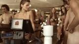 Nagie kobiety i nadzy mężczyźni w reklamie T-Mobile