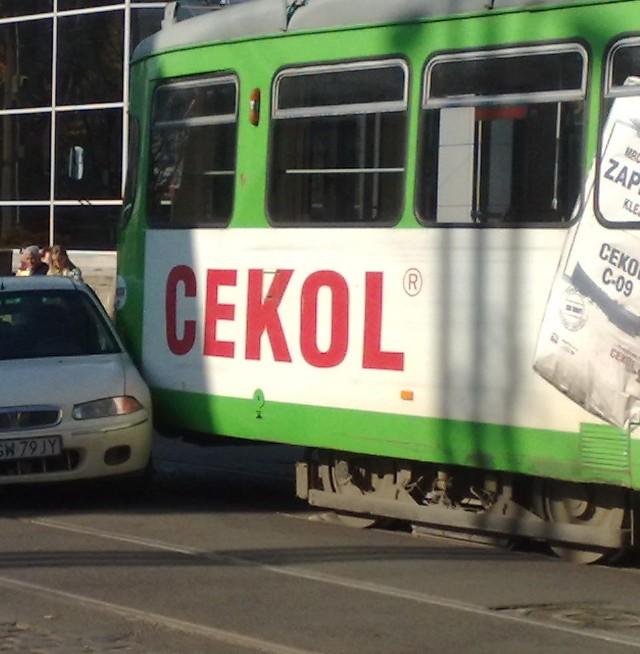 To właśnie ta wtorkowa kolizja osobówki z tramwajem wywołała dyskusję na naszym forum.
