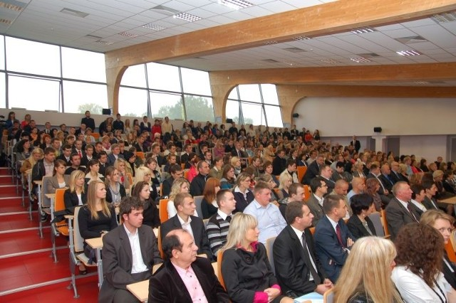 Wyższa Szkoła Ekonomii i Prawa imienia profesora Edwarda Lipińskiego w Kielcach została Liderem Regionu 2011 w kategorii Nauka. Fot. WSEiP