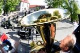 Plenerowy koncert Orkiestry Dętej Zastal w Zielonej Górze. Muzykom sprzyjała aura.  O 17 zaświeciło słońce i przestało padać