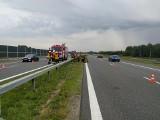 Tarnów. Kierowca zjechał z jezdni na autostradzie i uszkodził pojazd, są utrudnienia w ruchu, 31.07.2021 [ZDJĘCIA]