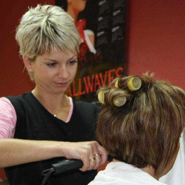 Katarzyna Dorobisz prowadzi salon fryzjerski w Namysłowie. Dawniej była bezrobotna.