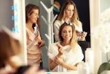FRYZURY damskie najmodniejsze w 2021. Nie wiesz, jak się ostrzyc? Zobacz fryzjerskie trendy na wiosnę! [15.05.2021]