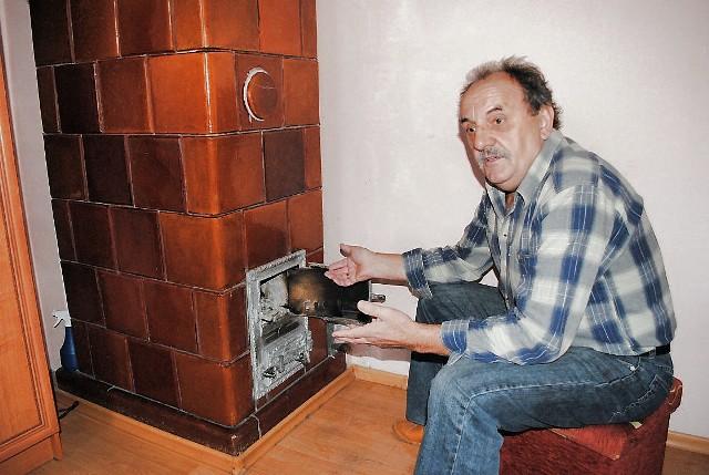 Pan Bernard Śliwiński przy piecu kaflowym- Boję się rozpalać. Fachowcy zalecili, żeby najpierw przestawić piec - mówi Bernard Śliwiński