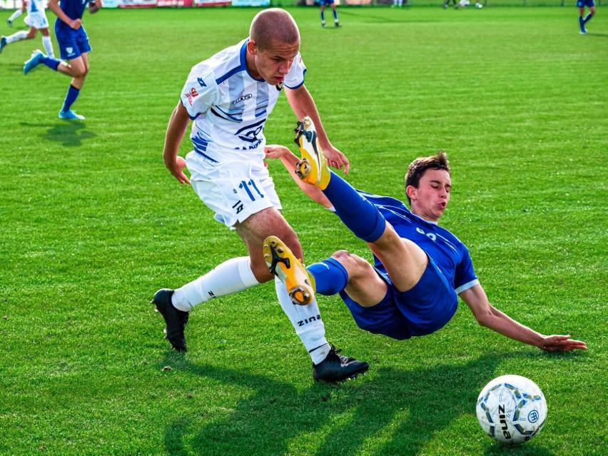 Po pierwszej rundzie FASE Szczecin (niebieskie stroje) ma cztery zwycięstwa i trzy porażki