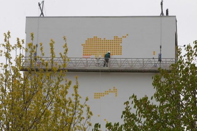 Na ścianie bloku 18-24 rozpoczęło się malowanie muralu, na którym będzie można zobaczyć zdjęcia mieszkańców, składające się z kilku tysięcy kwadratów. Prace mają potrwać około miesiąca.Przejdź do kolejnego zdjęcia --->