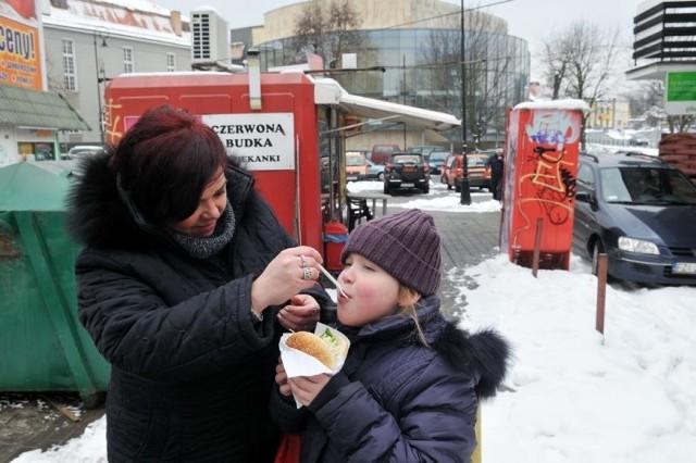 Małgorzata Czarnecka z Przylepu, tu z córką Olą, uważa, że teren przy filharmonii mocno szpeci centrum miast