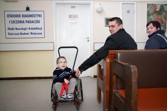 Niespełna pięcioletni Patryk od urodzenia jest pacjentem UDSK w Białymstoku. Stale jest pod opieką kilku poradni. Jego rodzice są załamani, bo dowiedzieli się, że dwie z nich przestaną istnieć. A właśnie dowiedzieli się, że istnieje podejrzenie, że maluch, cierpiący na przepuklinę oponowo-rdzeniową i wodogłowie, może mieć także padaczkę.