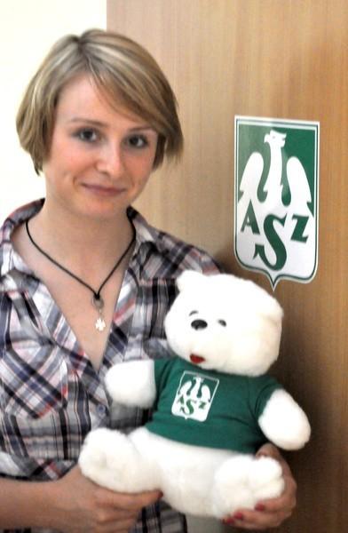 Agata Durajczyk, libero AZS-u, z misiem, który obecnie pełni rolę maskotki