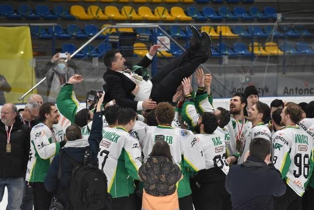 Trener Robert Kalaber z JKH GKS Jastrzębie wywalczył w tym roku mistrzostwo kraju, Puchar Polski i Superpuchar.Zobacz kolejne zdjęcia. Przesuwaj zdjęcia w prawo - naciśnij strzałkę lub przycisk NASTĘPNE