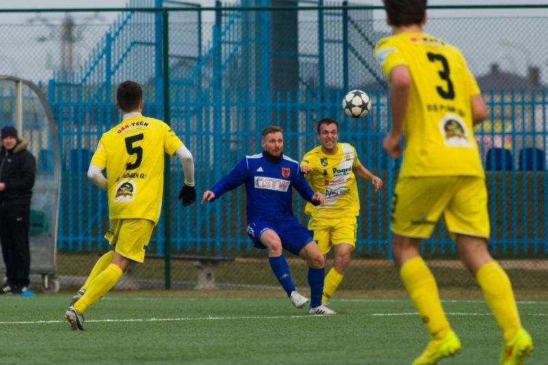Mariusz Dzienis z Olimpii Zambrów (w niebieskim stroju) zagra w sobotę przeciwko KS Wasilków