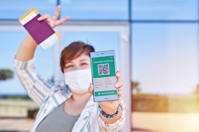 """Czym jest """"paszport covidowy"""" i jak go otrzymać? Kto może go dostać i gdzie będzie działał? Sprawdź wszystko, co powinieneś wiedzieć o Unijnym Certyfikacie Covid!Czytaj więcej. Przesuwaj w prawo - naciśnij strzałkę lub przycisk NASTĘPNE"""