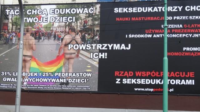 """M.in. takie banery wywiesza w polskich miastach fundacja Pro Prawo do Życia w ramach kampanii """"Stop pedofilii"""". Przeciwko tej kampanii wniosek do sądu złożył radca prawny z Wrocławia."""