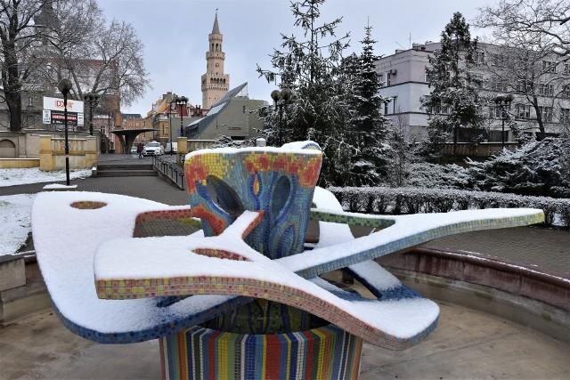 W tym sezonie biała zima nie zawitała do Opola. Przelotem była tylko ostatniego dnia marca 2020 roku, lekko przyprószając miasto. Nadała mu niezwykły wygląd. Sprawdź w galerii!