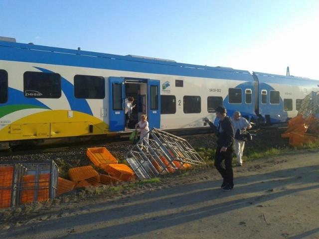 Pociąg jadący ze Szczecina do Kołobrzegu nie dojechał do celu. Wszystko przez tir, który wjechał na tory na niestrzeżonym przejeździe kolejowym w Płotach. Nie zdążył przejechać przed nadjeżdżającym pociągiem i ten uderzył w jego naczepę. - Nikomu na szczęście nic się nie stało - informuje dyżurny komendy policji w Gryficach. - W pociągu znajdowało się 35 pasażerów. Zostali na koszt PKP przetransportowani busami i autobusami PKS Gryfice.