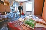 Wrocław: 900 zł czynszu za mieszkanie komunalne z dziurawym dachem i robakami
