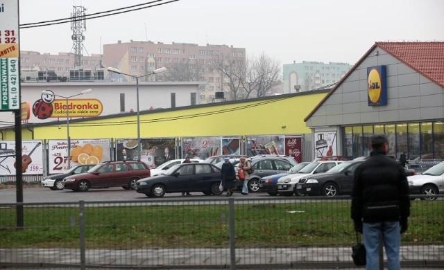 Przy skrzyżowaniu ul. Dąbrowskiego z ul. Kilińskiego obok siebie działają już Biedronka i Lidl. Wkrótce dołączy do nich Kaufland.