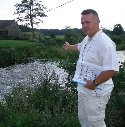 - Tu jest tarłowisko minoga strumieniowego - wskazuje Mirosław Godula. - To ryba chroniona. Nie będzie jej, gdy powstanie jaz, uniemożliwiający dotarcie do tarła.