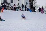 Białystok. Zimowe zabawy na górce przy kościele Zmartwychwstania Pańskiego (ZDJĘCIA)