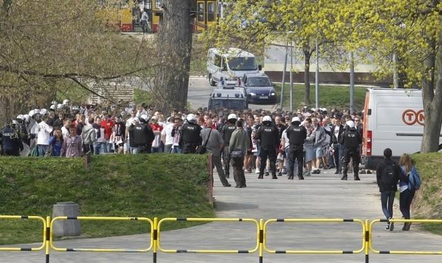 Pochód kibiców Resovii na derby RzeszowaKilkuset kibiców Resovii spotkało się dziś na rzeszowskim rynku przed piłkarskimi derbami Rzeszowa. Pod eskortą policji udali się na Stadion Miejski. Mecz rozpocznie się o godz. 16.