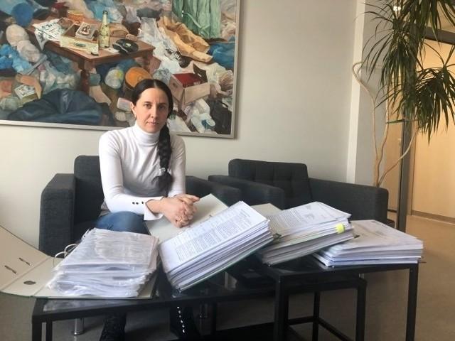 Aldona Sikora z dokumentacją dotyczącą pozwolenia zintegrowanego.