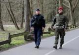 MON: Polacy chcą, aby żołnierze kontrolowali przebywających w kwarantannie. Pozytywie oceniają też wojskowe patrole na ulicach