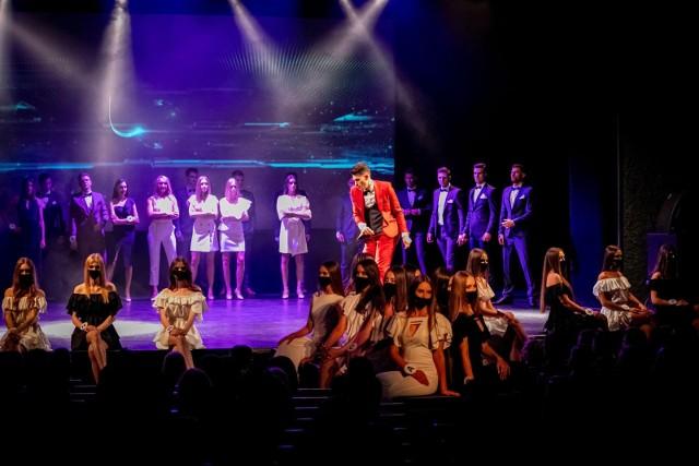 Galę Miss Podlasia 2021, Miss Podlasia Nastolatek 2021 i Mister Podlasia 2021 zapoczątkowała prezentacja bondowskich stylizacji. Panowie zjawiskowo prezentowali się w modnych garniturach.