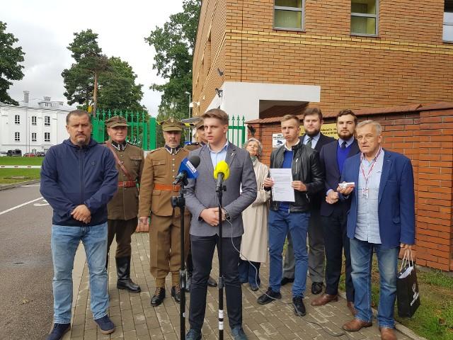 W piątek (27.08) przed oddziałem Podlaskiej Straży Granicznej w Białymstoku odbyła się konferencja, na której lokalne organizacje społeczne wyraziły wdzięczność i wsparcie dla strażników granicznych i wojska polskiego służących na granicy polsko-białoruskiej.