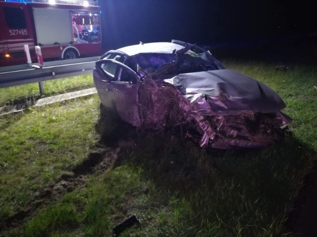 Do zdarzenia doszło w środę około godz. 2 w nocy, na przeworskim odcinku autostrady A4, na wysokości Chałupek.20-letni mieszkaniec powiatu jarosławskiego, kierujący alfą romeo, podczas wyprzedzania, stracił panowanie nad pojazdem i uderzył w bok samochodu ciężarowego marki Scania (cysterna). W zdarzeniu ranny został kierujący alfą. Za spowodowanie kolizji mężczyzna został ukarany mandatem.