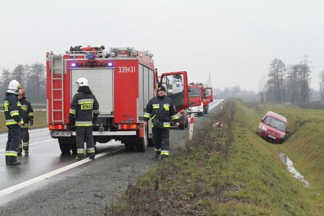 O godz. 11.51 na wschodniej obwodnicy Wrocławia na wysokości Iwin między Żernikami Wrocławskimi a Siechnicami samochód dostawczy marki Citroën Berlingo wpadł do rowu.