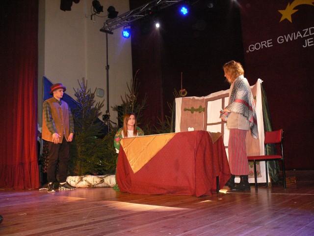 """Na scenie w spektaklu młodzież z sandomierskiej """"budowlanki"""""""