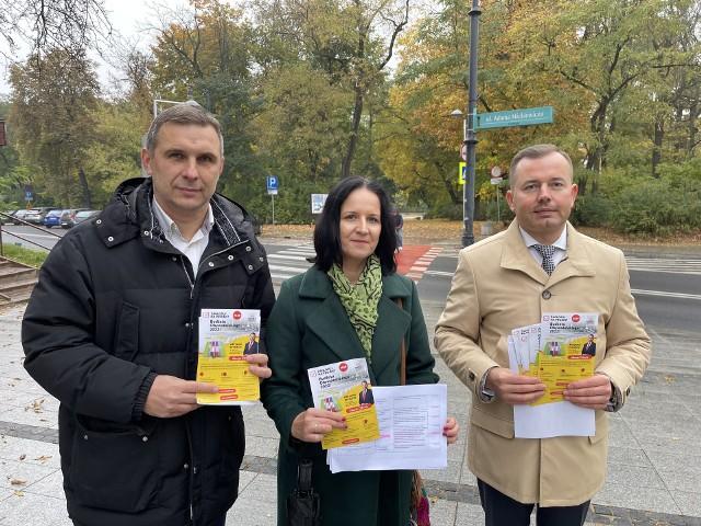 Radni  Katarzyna Ancipiuk, Jacek Chańko i Henryk Dębowski zachęcali białostoczan, by głosowali na projekty ogólnomiejskie i osiedlowe w ramach Budżetu Obywatelskiego 2022
