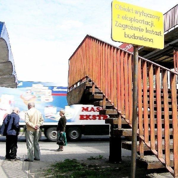 Zamknięta kładka przy ul. Toruńskiej  sprawia kłopoty przede wszystkim  pasażerom MPK.