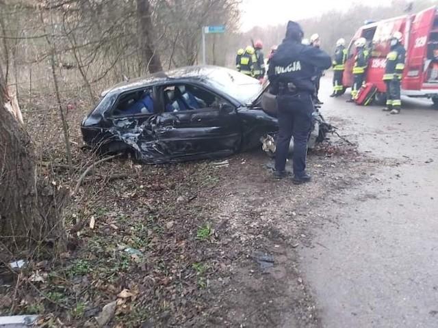 Kolizja samochodu osobowego w  Brzoskwini, gminie Zabierzów. Kierujący stracił panowanie nad pojazdem