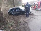 Wypadek w gminie Zabierzów. Samochód osobowy wpadł w drzewo