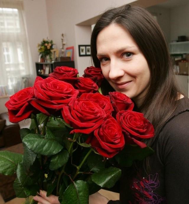 Monika Pyrek z bukietem róż, który wręczyliśmy jej w imieniu naszych Czytelników.
