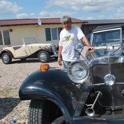 Wiesław Kordowski ze swoimi autami: repliką Mercedesa 540K z 1936 roku (na pierwszym planie) oraz MG.