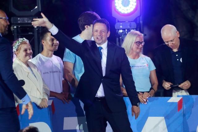 TRZASKOWSKI Rafał Kazimierz 270 305 głosów- 61,47%DUDA Andrzej Sebastian 169 441 głosów - 38,53%Przejdź dalej i zobacz jak głosowali mieszkańcy powiatu krakowskiego >>>>