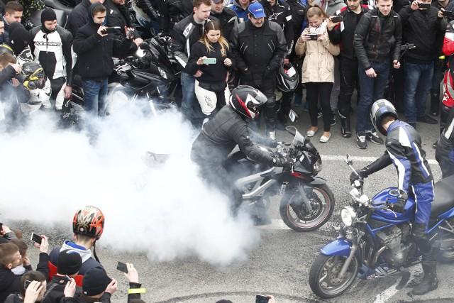 Mundurowi podkreślają również, że jadąc motocyklem lub skuterem musi  pamiętać o zachowaniu zasad bezpieczeństwa.