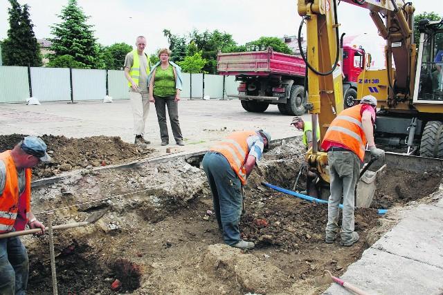 Archeolodzy nadzorują odkrywanie murów ratusza