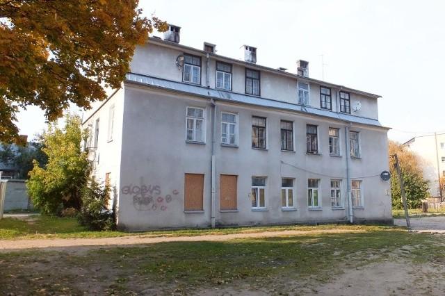 Kamienica została przebudowana prawdopodobnie w latach 1941-43. Wcześniej działały tu przedsiębiorstwa tkackie.