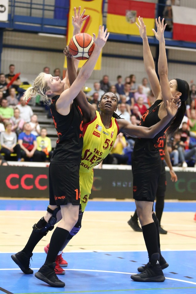Magdalena Leciejewska z CCC (z lewej) i Nikki Green ze Ślęzy (w żółtym stroju)